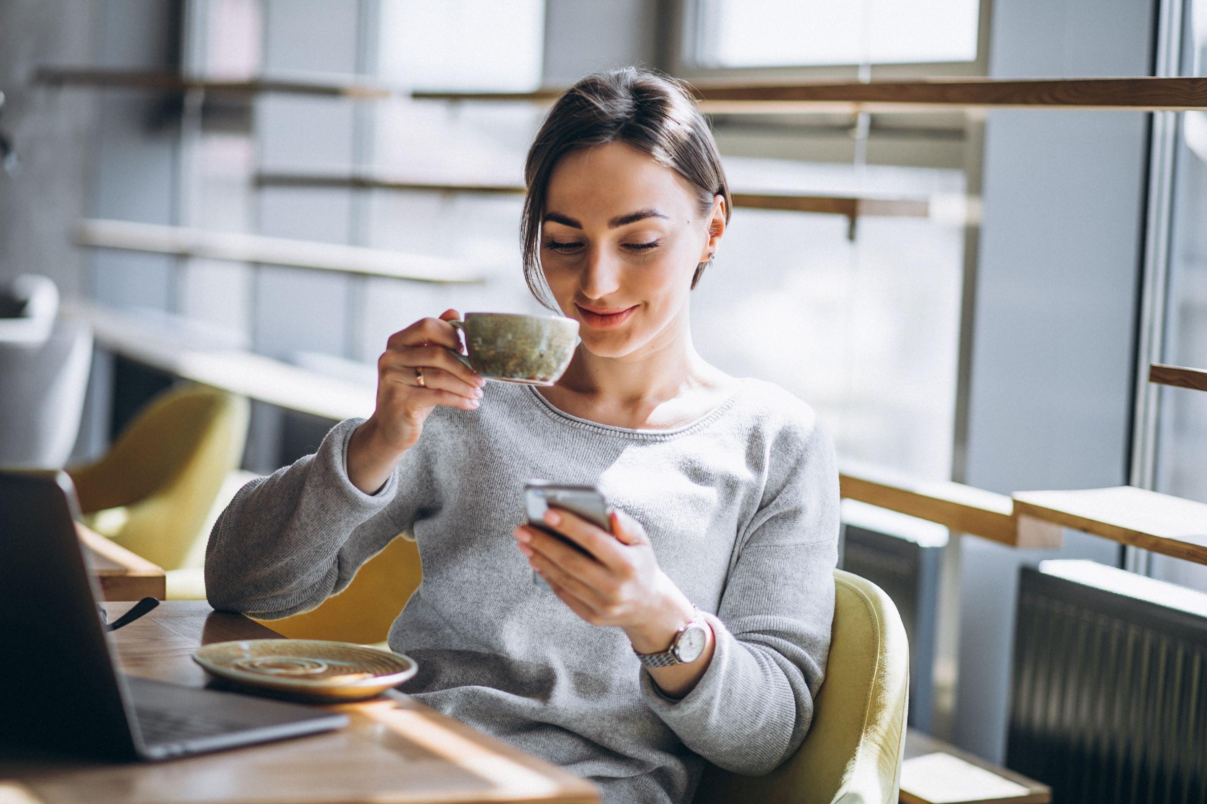 Cliente siguiendo el sistema digital de turnos desde su smartphone